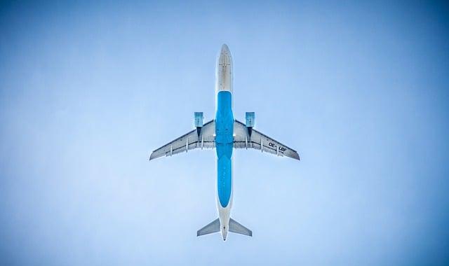 ile zarabia pilot samolotu pasażerskiego