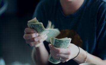kobieta licząca banknoty