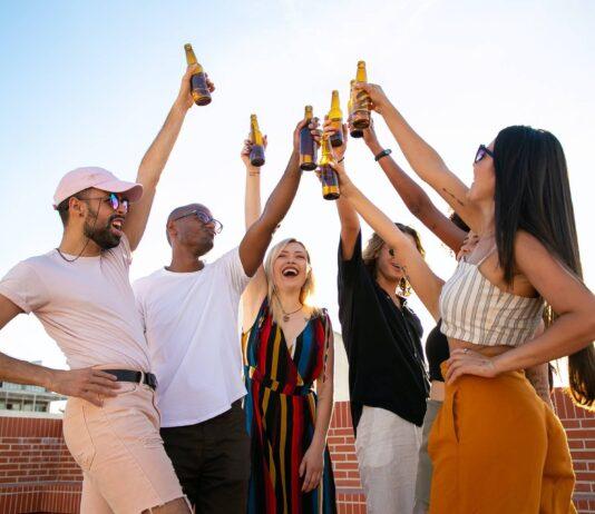 toast młodych ludzi