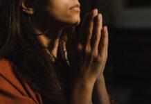 osoba modląca się o cud