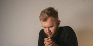 Modlący się mężczyzna