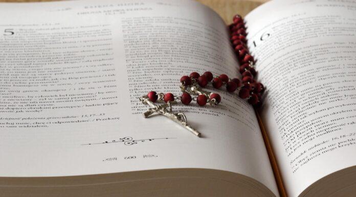 Różaniec na biblii