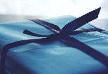 zapakowany niebieski prezent