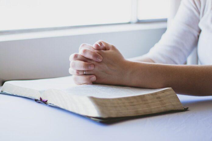 splecione ręce na biblii