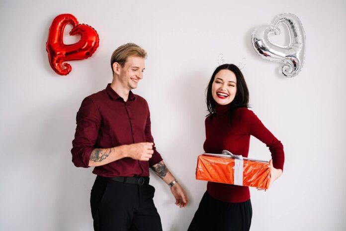 dziewczyna trzymająca prezent i chłopak