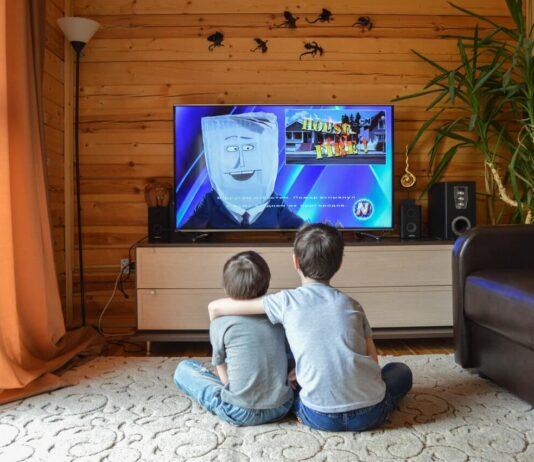 Dzieci oglądające TV