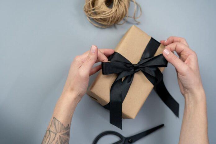 prezent z czarną wstążką