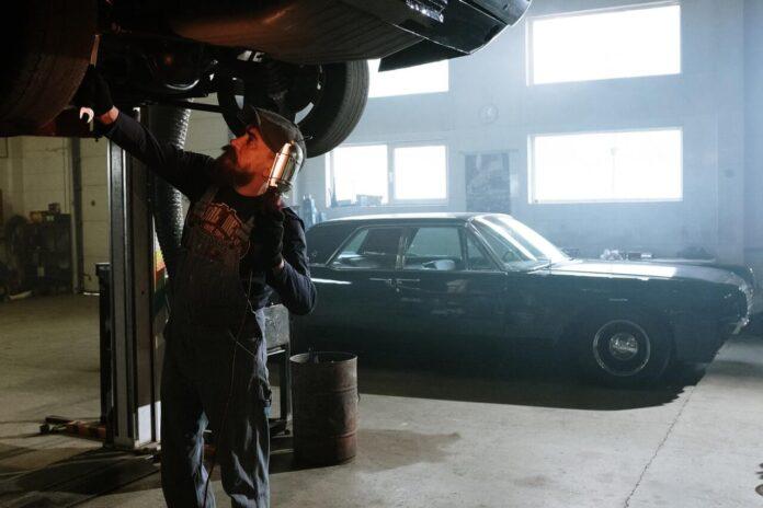 pracujący mechanik
