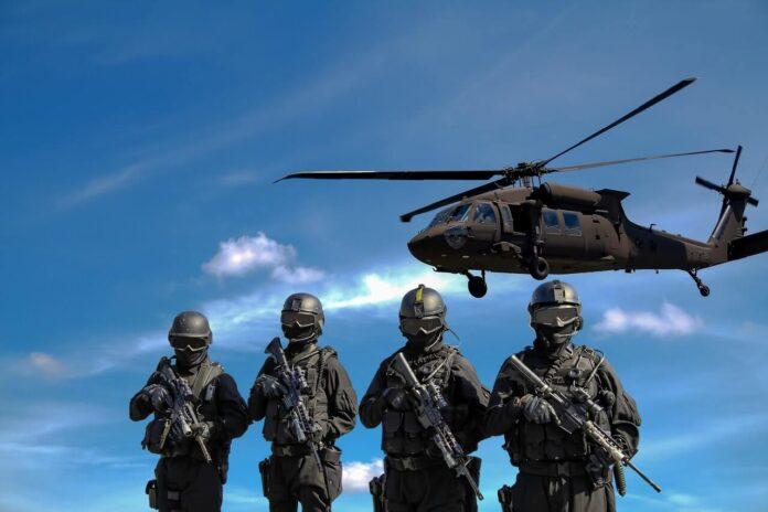 Żołnierze i helikopter w tle