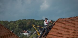 osoba pracująca na dachu