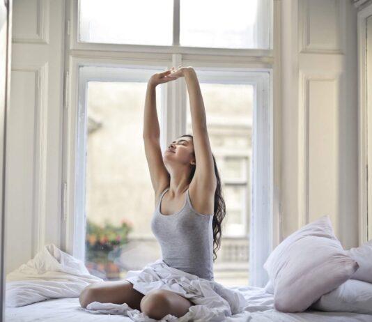 przeciągająca się kobieta po przebudzeniu