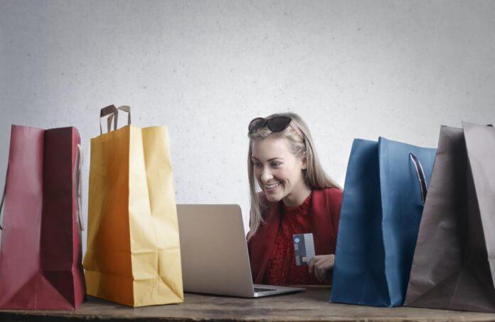 kobieta robiąca zakupu online