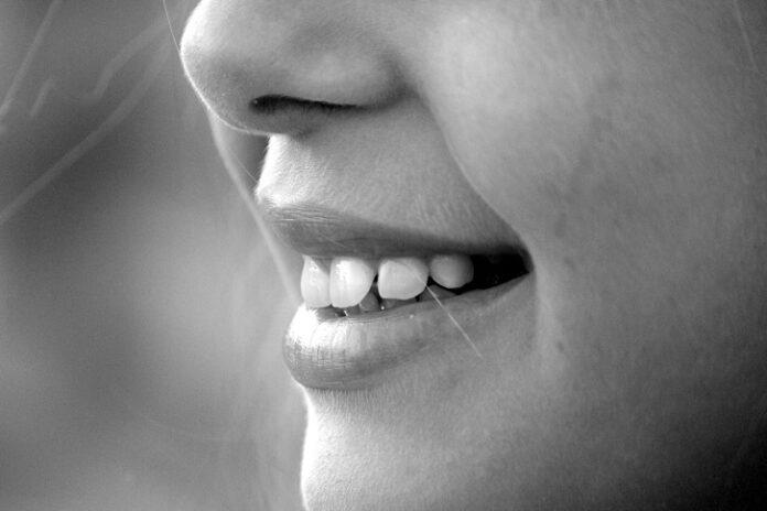 Wybielanie zębów z Coco Glam - sprawdzamy opinie dentystów